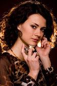 Portrait de la belle jeune femme avec une bouteille de parfum — Photo