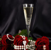 White vine glass with red roses — Stock Photo