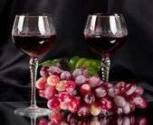 Red wine in glass with grape — Stock Photo