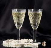 Gafas de vid blanco con cuentas blancas y anillo de boda — Foto de Stock