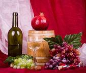 композиция с вино, виноград, гранат и ствол — Foto Stock