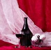 Wino w szkło i butelki z słodkie cukierki — Zdjęcie stockowe