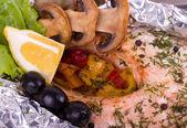 Em conserva salmão com legumes grelhados — Fotografia Stock