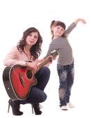 母亲和她的小女儿与吉他 — 图库照片