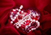 Piękne jasne kolorowe kamienie i perła w sercu — Zdjęcie stockowe