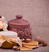 Chutné marmelády, košíčky, hliněný hrnec a oříšky — Stock fotografie