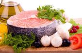 野菜とオリーブ オイルとサケの一部 — ストック写真