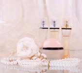 Les bouteilles de parfum nuptiale magnifique, blancs, rose et perles perles — Photo