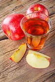 Apple juice. Fresh ripe apples and glass of juice — Stock Photo