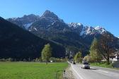 Camino recto a las montañas — Foto de Stock