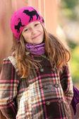 Sorridente ragazza in piedi vicino la colonna al parco — Foto Stock