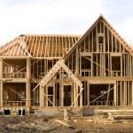 McMansion typ domu ve výstavbě ve fázi rámování — Stock fotografie #9633319