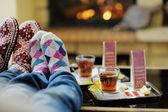 Młoda para romantyczny siedzący i relaks przy kominku w domu — Zdjęcie stockowe