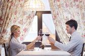 Mladý pár v restauraci na večeři — Stock fotografie