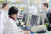 Farmacista, suggerendo la droga medica all'acquirente in farmacia farmacia — Foto Stock
