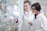 Team apotheker chemiker frau in der apotheke-drogerie — Stockfoto