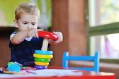 Bonita criança brincar e se divertir — Fotografia Stock