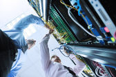 Se enineers en la sala de servidores de red — Foto de Stock