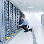 jonge het Engineer in datacenter serverkamer — Stockfoto