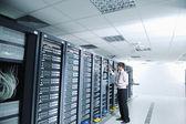 Unga det ombudsman i datacenter serverrum — Stockfoto