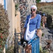 Greek woman on the streets of Oia, Santorini, Greece — Stock fotografie