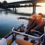 Портрет счастливой молодого человека на лодке — Стоковое фото