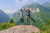 Mutlu genç bir çift havada atlama — Stok fotoğraf