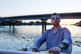 Retrato de hombre joven feliz en barco — Foto de Stock