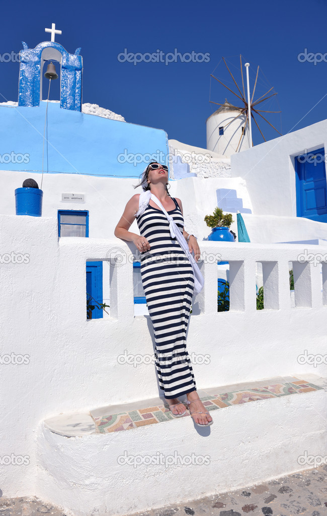 Beautiful young Greek woman in fashion clothes have fun at n the streets of Oia, Santorini, Greece — Stock Photo #8491736