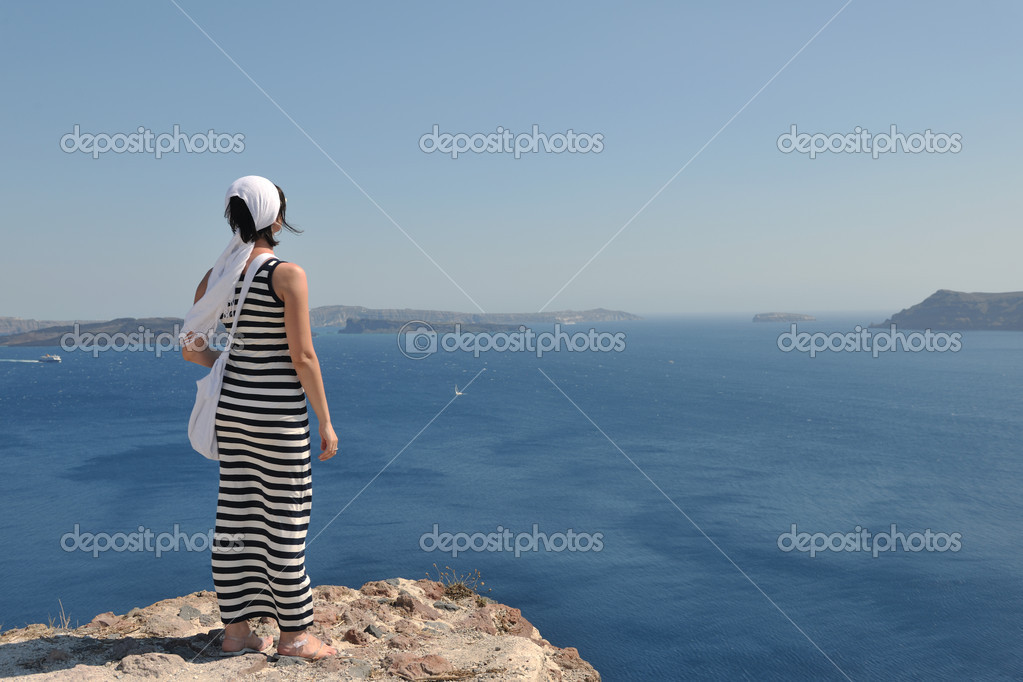 Beautiful young Greek woman in fashion clothes have fun at n the streets of Oia, Santorini, Greece — Stock Photo #8491759
