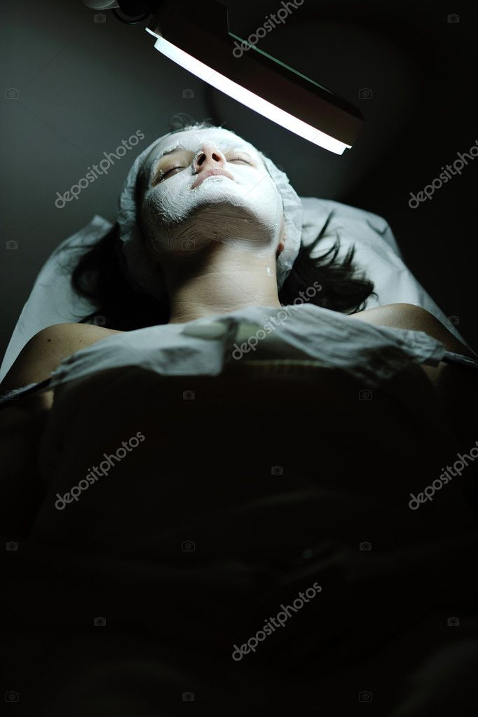 Young beautiful woman receiving cosmetic facial mask in spa beauty salon and relax — Stock Photo #8706714