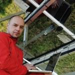 Ingeniero utilizando portátil en el campo de la planta de paneles solares — Foto de Stock