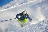 在美丽的晴天在冬季滑雪新雪 — 图库照片