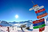 Placa de sinal no alto das montanhas com neve no inverno — Foto Stock