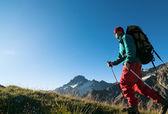 Uomo escursionismo — Foto Stock