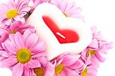 хризантемы и свечи в форме сердца. — Стоковое фото