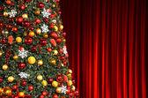 рождественская елка против красной драпировки — Стоковое фото