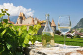 White wine against Chateau d'Aigle, Switzerland — Stock Photo