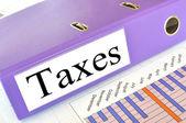 Carpeta de impuestos en un informe sobre el mercado — Foto de Stock