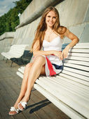 Young woman sitting outdoors — Stockfoto