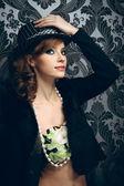 Joven y guapa mujer con sombrero — Foto de Stock