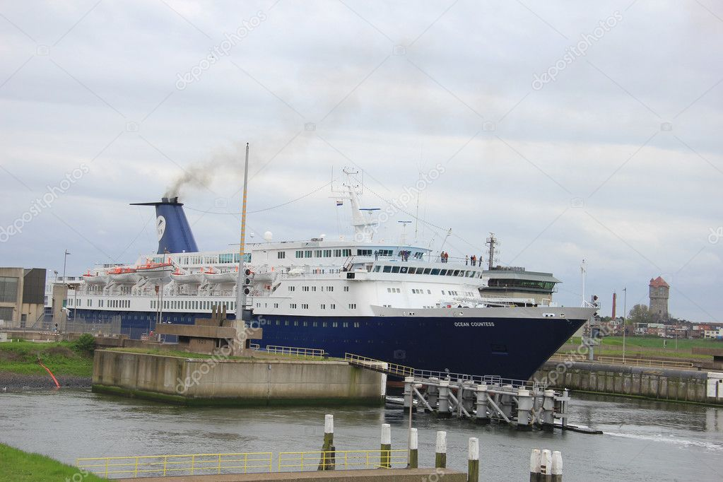 May 5th, 2012 Velsen, the Netherlands. Ocean Countess leaving the IJmuiden locks — Stock Photo #10480080