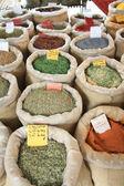 Zakken met specerijen op een franse markt — Stockfoto