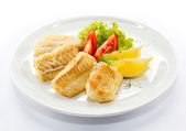 Fried fish fillet and vegetables — Stock Photo