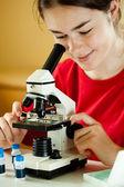检查在显微镜下的制备的女孩 — 图库照片