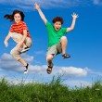 ragazza e ragazzo in esecuzione, che saltando all'aperto — Foto Stock #8410754