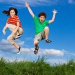 fille et garçon courir, sauter en plein air — Photo #8410754