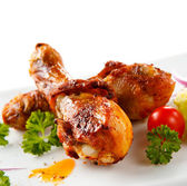 Roast chicken drumsticks and vegetables — Stock Photo