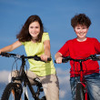 Girl and boy riding bikes — 图库照片