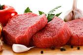 Kesme tahtası ve sebzeler çiğ et — Stok fotoğraf
